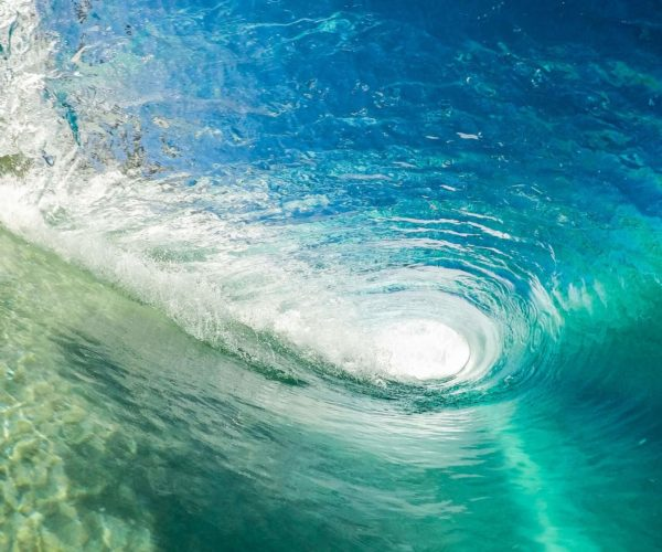 Un hombre que sabe estar siempre sobre una ola